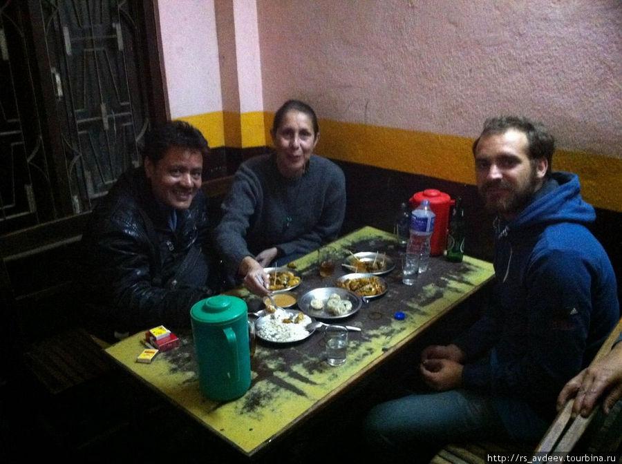 Непальские каучсерфиры, которые нас приютили.