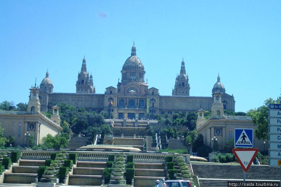 Величественный и очень красивый Национальный дворец с изумительными каскадными и огромным цвето-музыкальным фонтаном.