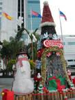 В тёплой Малайзии отмечают рождество и также как у нас лепят снеговиков, только не из снега, а из папье-маше