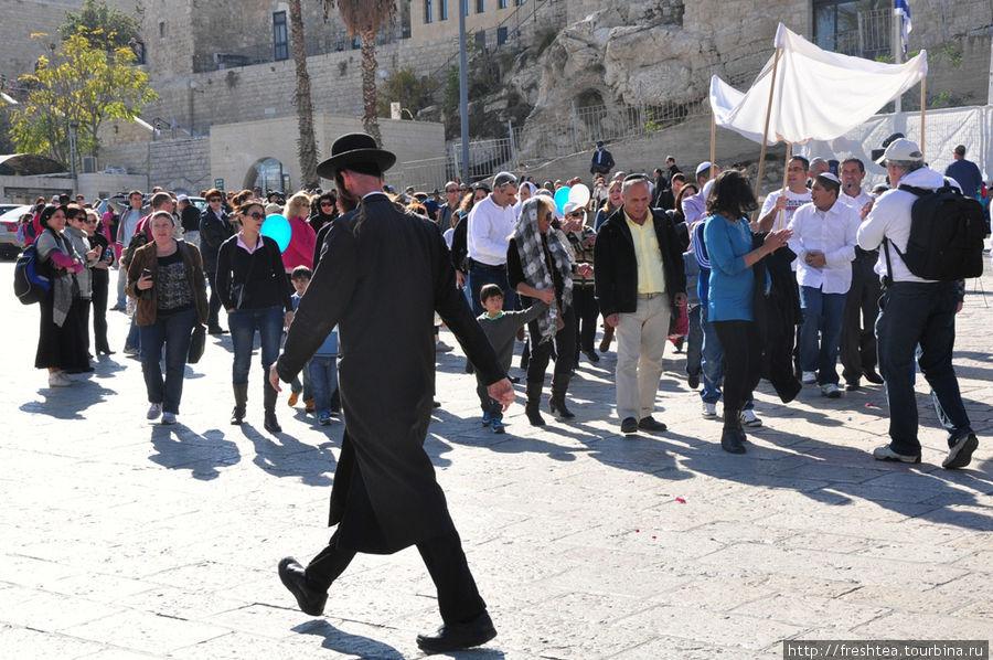 На площади у Западной стены: одни еще на пути
