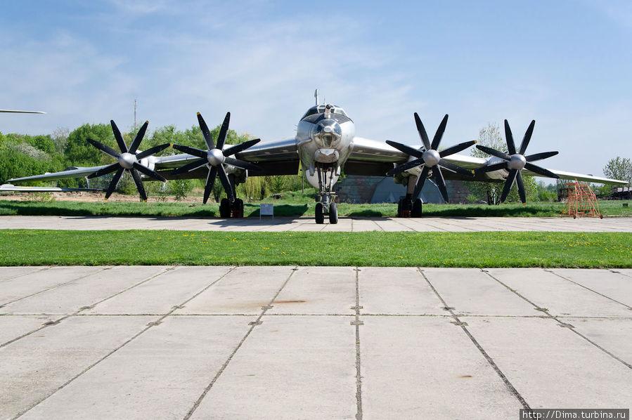 Самый большой и красивый самолёт в музее. Жаль, что это по-сути машина смерти. Бомбардировщик дальней авиации