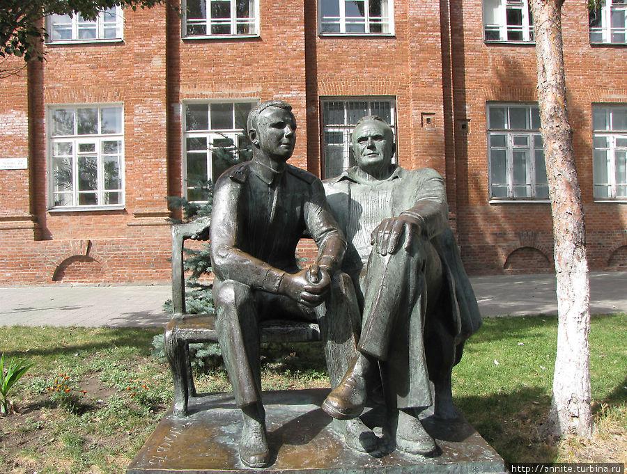 Памятник Гагарину и Королёву.