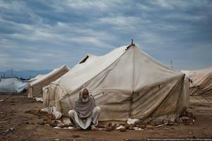 После отвратительного завтрака отправились в зону племен. Зона племён — это такой регион на северо-западе Пакистана, на границе с Афганистаном. В значительной мере Зона племен контролируется движением Талибан. Согласно конституции Пакистана, на территорию Зоны племен не распространяется юрисдикция пакистанских судов (в частности Верховного суда). На границе с зоной племен расположен огромный лагерь беженцев. Здесь находится около 12 000 человек — все они сбежали от злых талибов. Сейчас люди живут в палатках уже 5-й год.