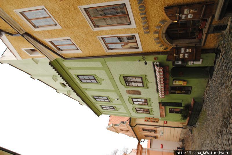 Улица Klasterni. Здание пансиона зеленое справа