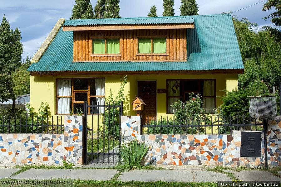 Вообще городок весёлый. В смысле приятен глазу. В основном небольшие домишки в яркой и пёстрой цветовой гамме.