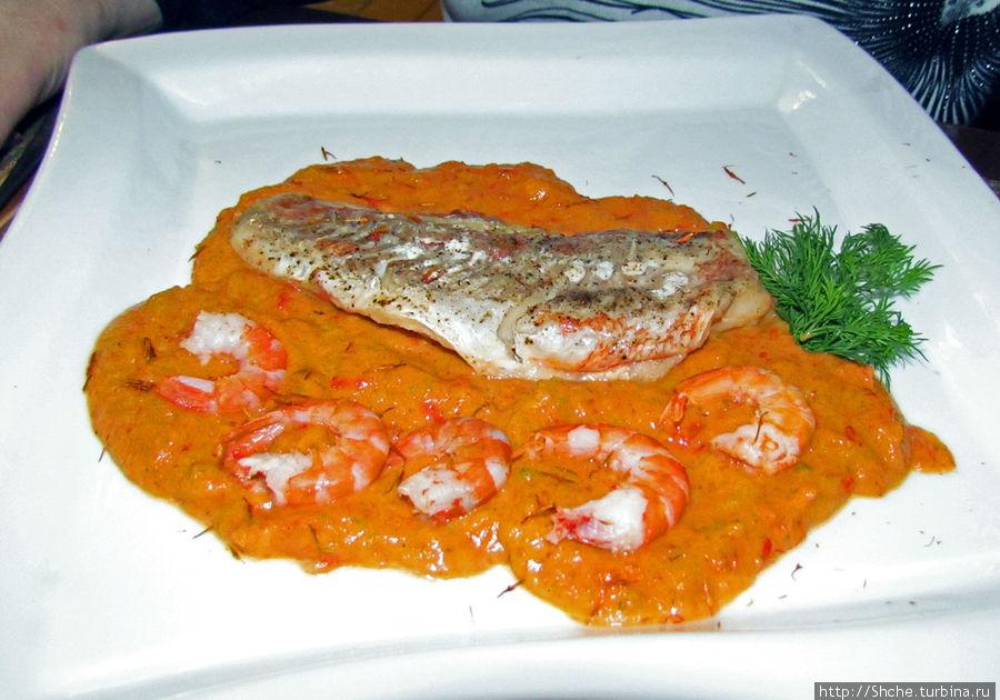Морской окунь в интересном овощном соусе, на вид не очень, но со вкусом все хорошо