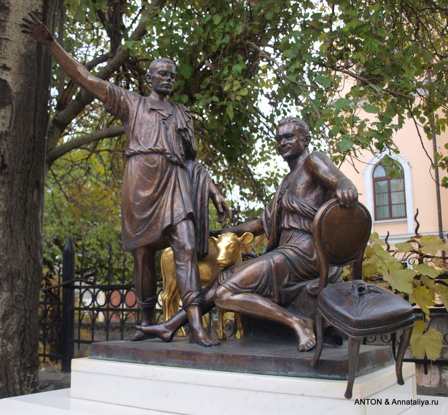 Памятник Ильфу, Петрову, 12-му стулу и Золотому теленку.