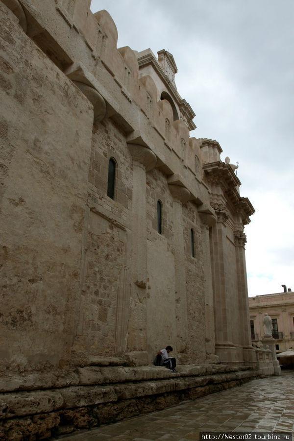 Сиракузы. Дуомская площадь, кафедральный собор. В стены встроены колонны древнегреческого храма Афины. Вид с улицы.