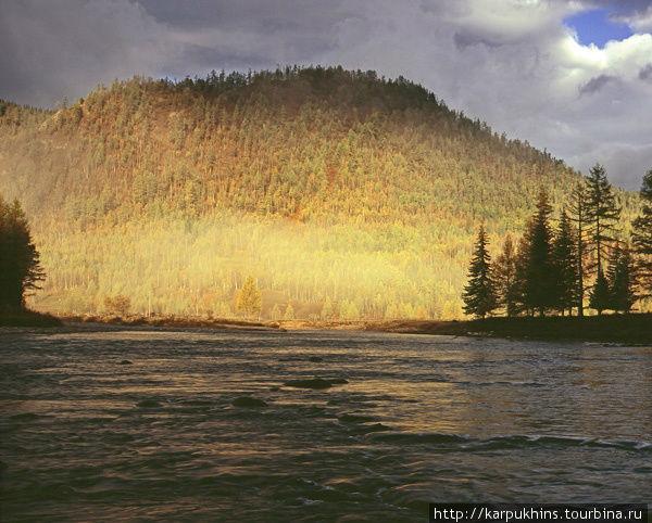 Можно даже никуда не уходить из Верхней Гутары. Достаточно просто выйти на околицу или к реке и найти массу незабываемых картин.