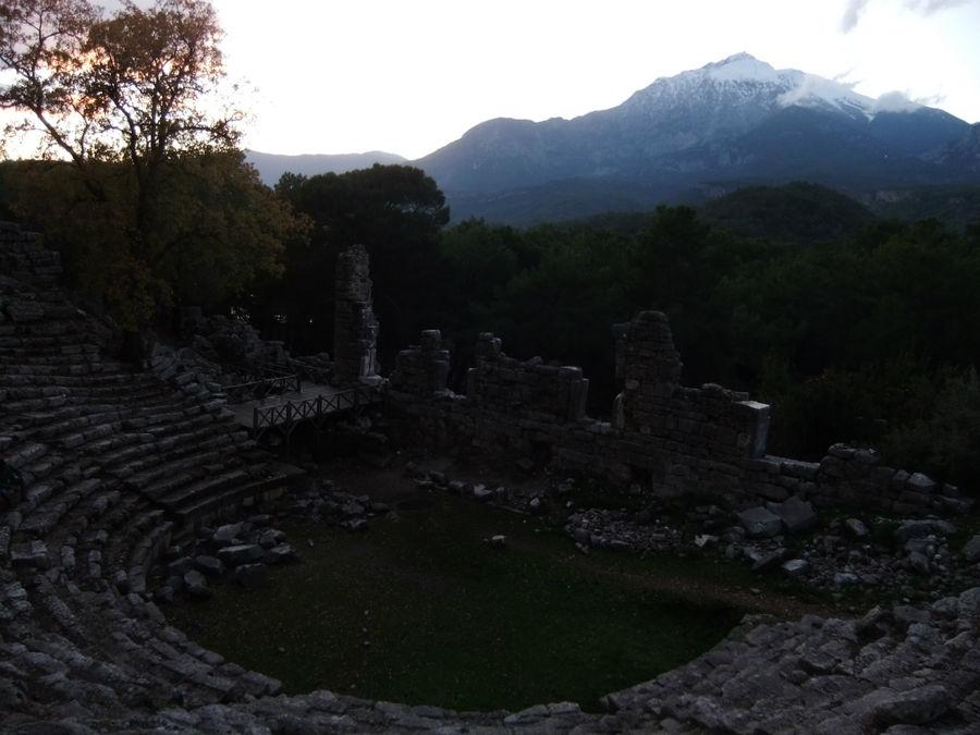 Театр и гора Тахталы. Извиняюсь за тёмное фото.