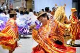 Посадка на автобус в боливийской Копакабане, нереальная и какая-то заоблачная дорога вдоль озера Титикака, пара новых штампов в паспорте — и мы, сами того не заметив, оказались в Перу — в городке Пуно на самом берегу великого озера… И тут же сразу начались неожиданности. Сначала путь нашему моторикше преградил веселый оркестр сияющих как медный таз мужичков с не менее сияющими трубами. Потом мимо просвистела стайка девочек в сверкающих платьях с пышнючими кринолинами. Ну а затем начались полуторачасовые поиски хостела, большинство которых были полностью заняты, а оставшаяся часть стоила минимум 120 солей (1200 рублей) за комнату, что ну никак не соответствовало нашим представлениям о ценах в Перу… Недоумевая, мы все таки спросили кого-то — что же, собственно, тут творится? И тут же все встало на свои места… Мы попали в Перу в самое удачное время — в разгар ежегодного всенародно любимого Карнавала!!! ;)