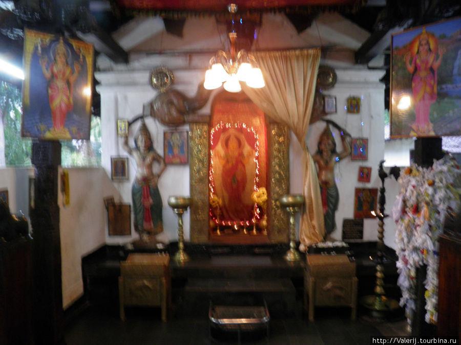 Внутри Китайского храма. Название конфессии установить не удалось.