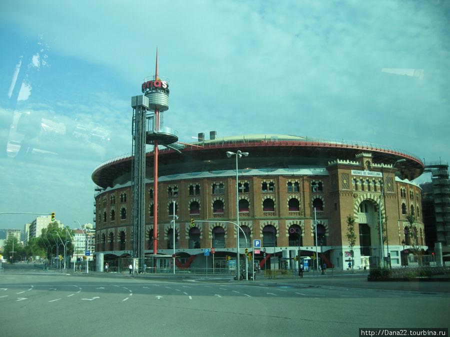Арена для боя быков. В августе на ней должен был пройти последний в Каталонии бой. Ибо Каталония — не Испания, и бой быков — не каталонская традиция :)