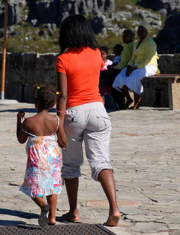 Людей можно встретить только на той части горы, с которой виден Кейптаун.  Чем дальше вы уходите от этого края, тем реже вам будут встречаться люди.  Местные только около подъемника.