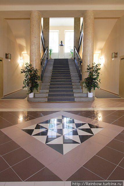 фотография из интернета, в холле отеля