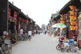 На центральных улицах каждый дом приносит их жителям прибыль — кто-то открыл магазин сувениров, кто-то кафе или ресторан, кто-то открыл гостиницу