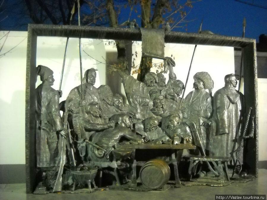 Фигуры памятника. Справа скамейка для снимающихся