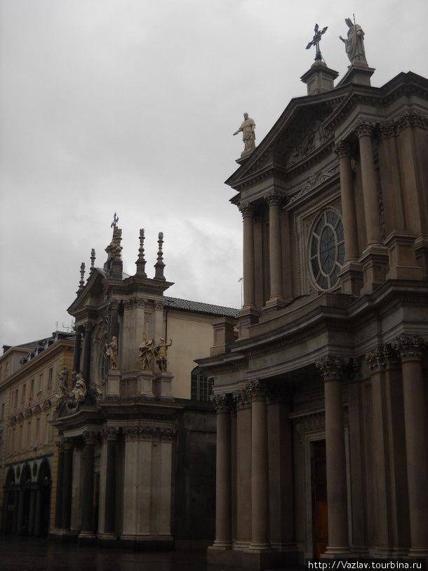 Церковь Сан-Карло на переднем плане, её соседка позади