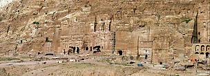 Розовый храм строили приглашенные греки, и он лучше всех сохранился. Остальные здания вырубали уже сами Петровчане и они в плохом состоянии.