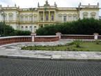 На площади находится и колониальный дворец, где сидело правительство штата.