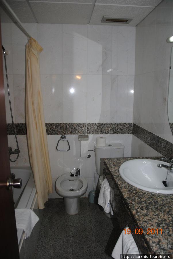 Слева ванная с душем, посередине биде, справа раковина и за ней туалет