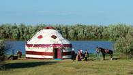 Праздничная юрта установлена на берегу Урала к семейному торжеству