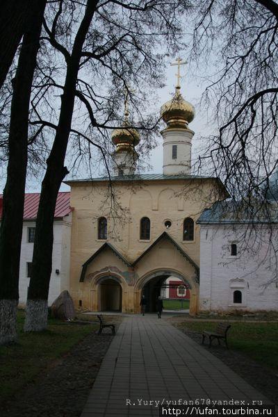 Двухпролетные «СВЯТЫЕ ВОРОТА» с церковью Вознесения и приделом Федора Стратилата возведены в 1591–1593 гг.
