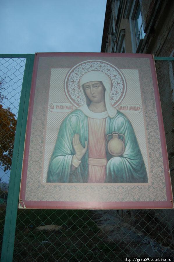 Лик Марии-Магдалины перед входом в церковь