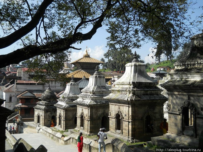 Храмовый комплекс окружен 108-ю такими