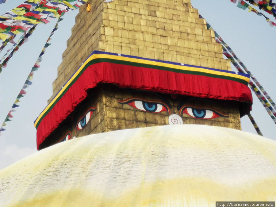 Глаза Будды обращены на все 4 стороны света, и видят всё...