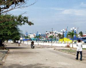 Проспект вдоль реки приведет к мосту. На противоположном берегу как раз и находится дневной рынок