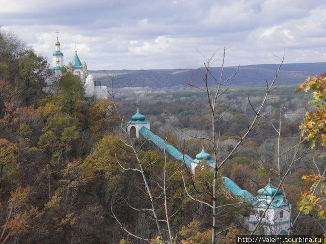 Крытая галерея, ведущая к Свято-Николаевскому храму, расположенному на меловой горе