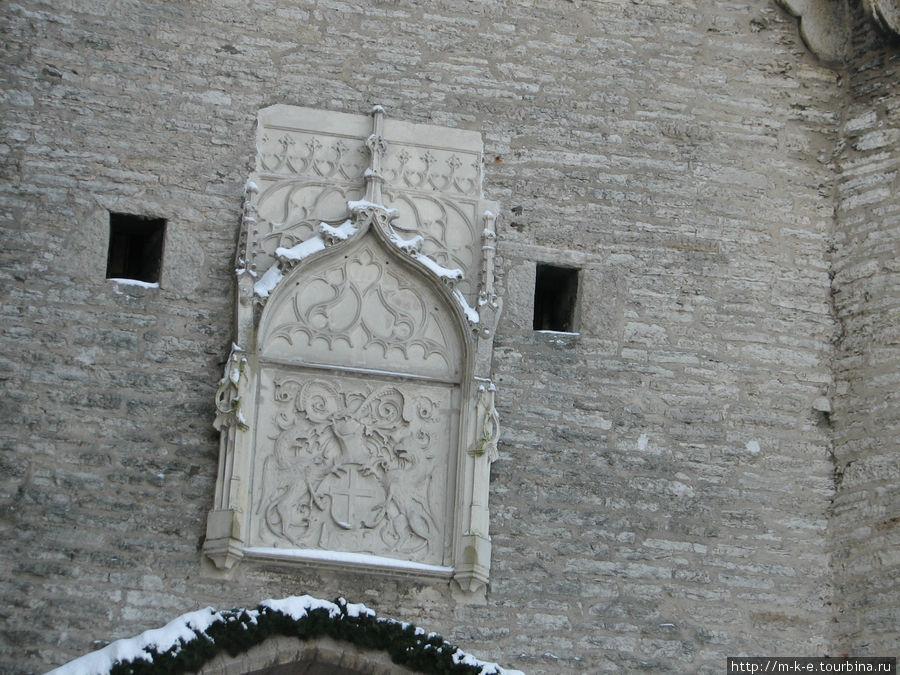 Доломитовая плита с гербом города и датой окончания постройки