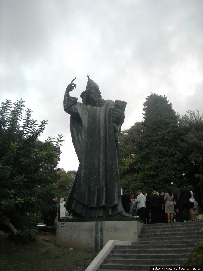 Памятник и свадьба рядом с ним; если приглядеться, можно заметить, как натёрт палец ноги у статуи