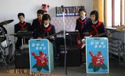 9. После встречи со школьниками в кабинете английского  завуч проинформировала, что музыкальный кружок школы подготовил для нас маленький концерт.  Не знаю, что рассказали детям о нас, но когда мы подошли к музыкальному кабинету, вся труппа приветствовала нас апплодисментами. Сев на почётные стулья вдоль стены мы приготовились ко второму (после кооператива)  за день концерту. После патриотично звучащего приветствия, детишки ударили по инструментам и дали такого жару, что мы ещё долго собирали с пола  наши отпавшие челюсти.