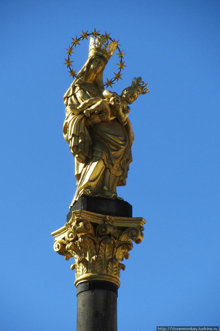 Венчает колонну золотая с