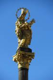Венчает колонну золотая скульптура Девы Марии, которая является копией готической статуи Пльзеньской Мадонны, которая находится в главном алтаре Собора Святого Варфоломея.
