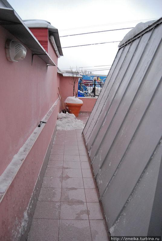 Сама крыша представляет собой стеклянный купол с дорожкой вдоль одной его половинки. Огорожена бетонно-решеточным забором. Фотографировать и смотреть можно через решетку.