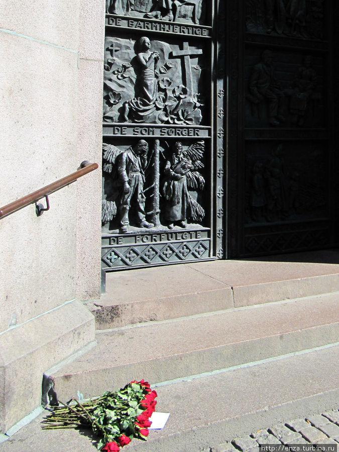 Цветы у собора в память о жертвах Брейвика.