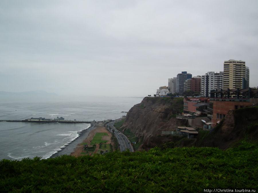 Вид из окна отеля.  Вид на город, в котором нет дождей.