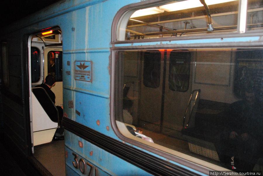 Поезд на Синей линии №3 Над дверью как раз горит лампа. оповещающая о закрытии дверей.