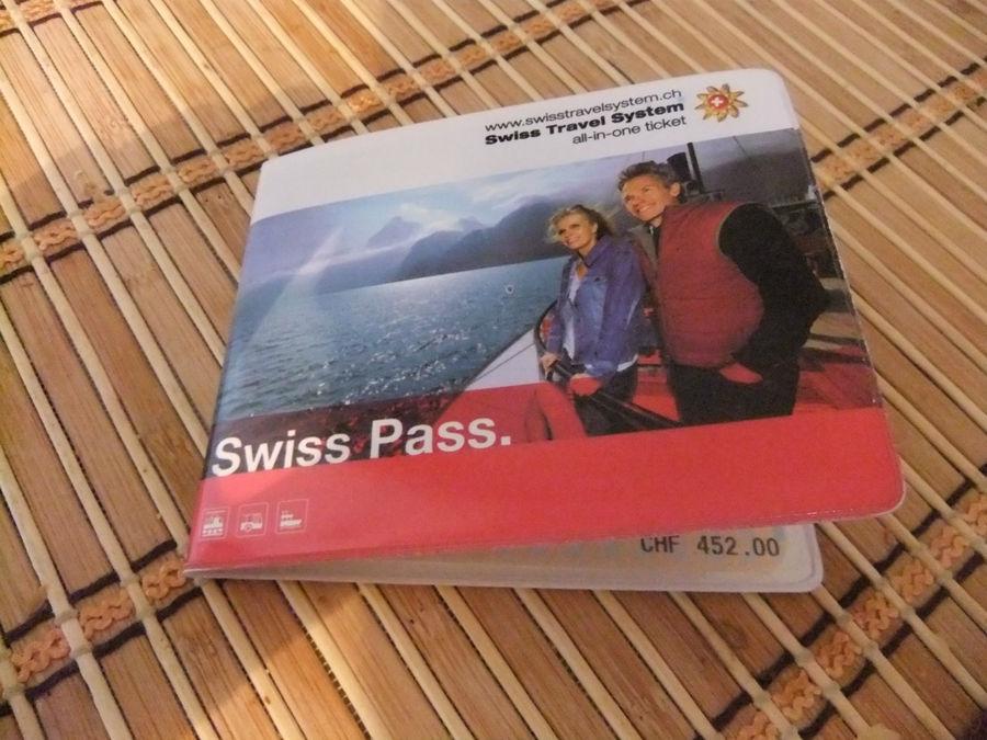 сам проездной Swiss Pass похож на российский ж/д билет и вставляется в удобную пластиковую обложку