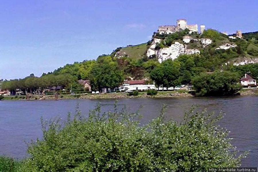 Вид на крепость со стороны Сены.