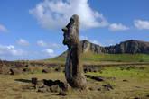 Моаи на фоне вулкана Рано-Рараку