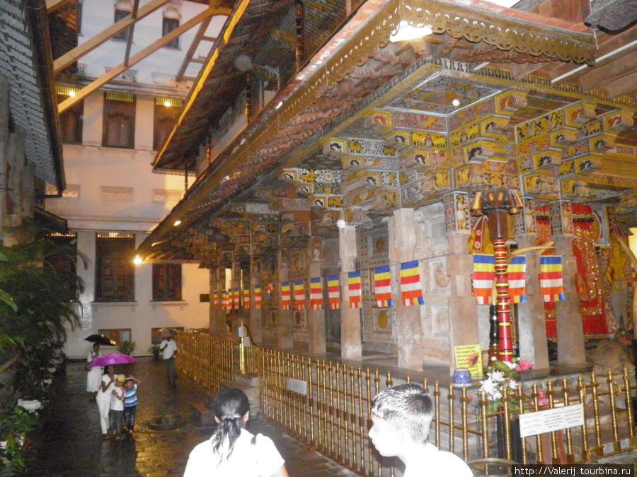 В этом деревяном храме внутри храма, и хранится Зуб Будды.