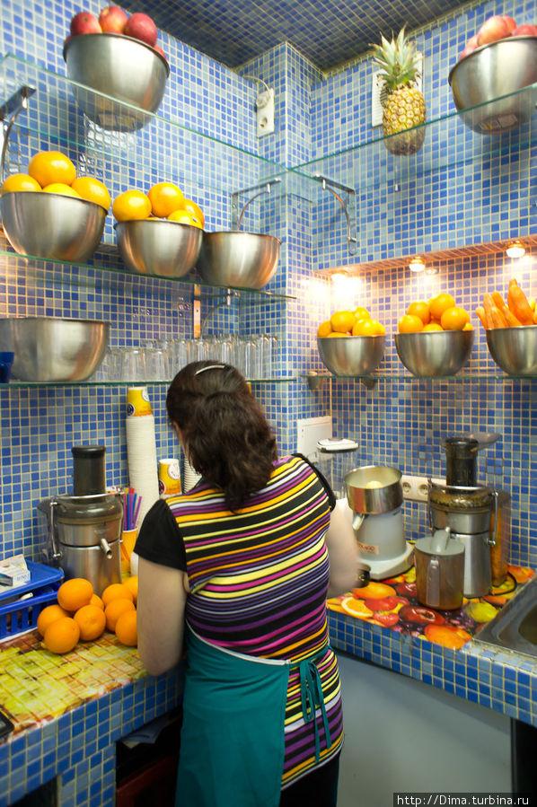 А на выходе мы заказали по стаканчику апельсинового сока, который сделали при нас из настоящих апельсинов. Всего 40 рублей за стакан объёмом 0,3 литра.