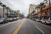 Ну а теперь — Голливуд! То, ради чего некоторые приезжают в Америку. Увидеть и умереть! На самом деле смотреть здесь не на что, да и умирать не за что. Голливуд, вопреки расхожему мнению, это не район города, а всего лишь одна улица — Голливудский бульвар. Да и то, не вся его часть, а полтора квартала.