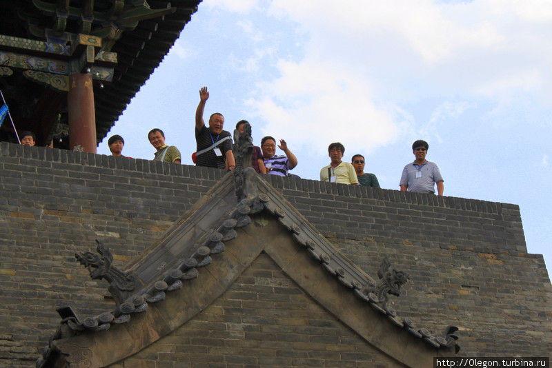 С центральных ворот имеется подъём на стену для туристов Пинъяо, Китай