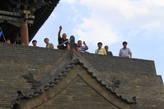 С центральных ворот имеется подъём на стену для туристов