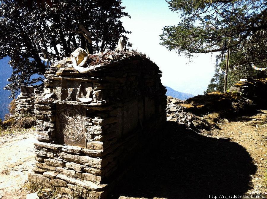 Все Шерпы (национальность непальских горных жителей) буддисты, после смерти они сжигают тело а прах помещают в такие могильники и кладут монетку (обычай такой).